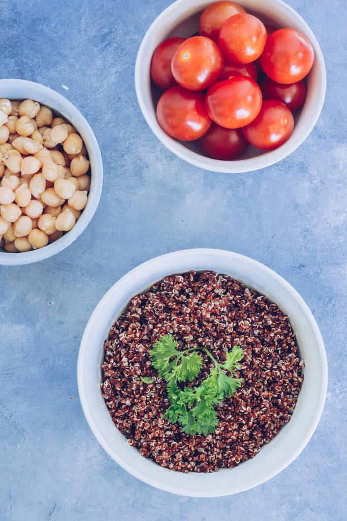 quinoasalat med kikærter og tomater